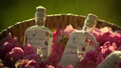 rosenwasser im Geschenkkorb