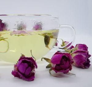 Bio Rosen-Tee in Tasse